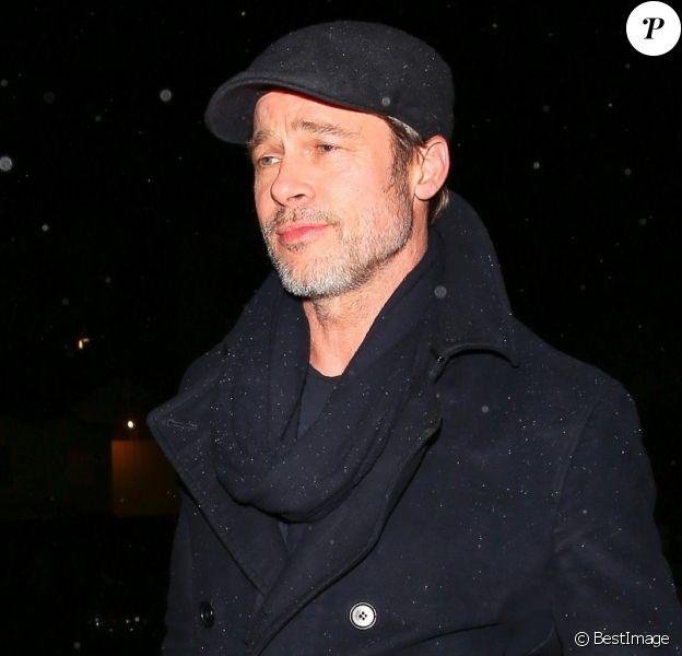 """Brad Pitt - Exclusif - Les célébrités sont allées diner au restaurant Giorgio Baldi à Pacific Palisades. Les amis sont sortis du restaurant avec le nouveau livre de S. Penn sous le bras """"Bob Honey Who Just Do Stuff"""". Le 3 février 2018"""
