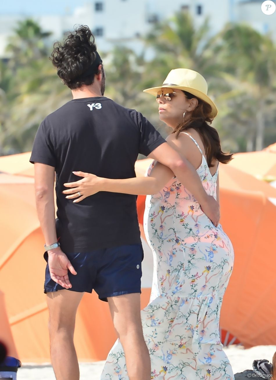 exclusif eva longoria tr s enceinte se balade avec son mari jos baston sur une plage miami. Black Bedroom Furniture Sets. Home Design Ideas