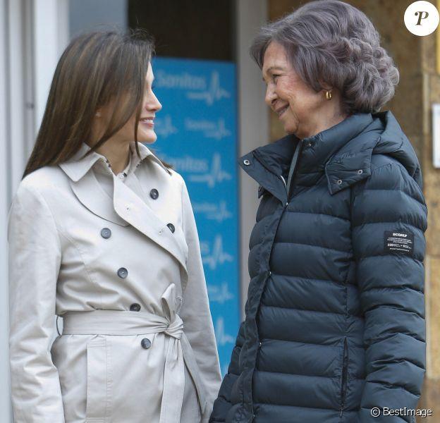 La reine Letizia et la reine Sofia d'Espagne devant l'hôpital La Moraleja dans le nord de Madrid le 7 avril 2018 lors de leur visite au roi Juan Carlos Ier, hospitalisé pour le remplacement de la prothèse de son genou droit.