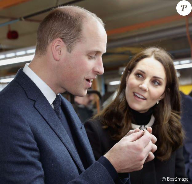 """Le prince William, duc de Cambridge, et Kate Middleton, au début de sa troisième grossesse, en visite à l'usine """"Acme Whistles"""" à Birmingham le 22 novembre 2017"""