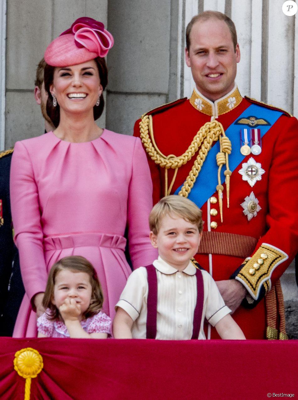 Le prince George et la princesse Charlotte de Cambridge avec leurs parents la duchesse Catherine et le prince William au balcon du palais de Buckingham le 17 juin 2017 lors de la parade Trooping the Colour.