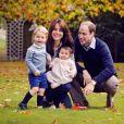 Le prince William et Kate Middleton ont publié une photo pour Noël où ils posent avec leurs enfants George et Charlotte dans le jardin du Palais de Kensington à Londres. Photos prises fin octobre 2015.