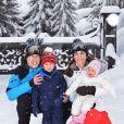 La famille pose lors de ses vacances dans les Alpes françaises le 7 mars 2016.