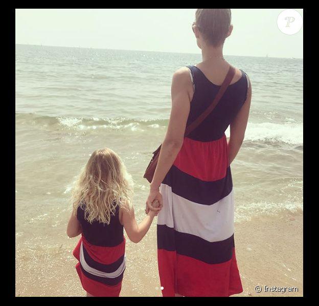 Elodie Gossuin et sa fille cadette, le 23 avril 2018 en Catalogne.