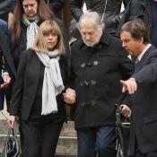 Chantal Goya entourée de son mari et ses enfants pour les obsèques de sa maman