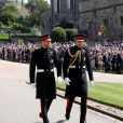 Le prince Harry en uniforme des Blues and Royals arrivant à la chapelle St George de Windsor avec son frère le prince William pour son mariage avec Meghan Markle le 19 mai 2018