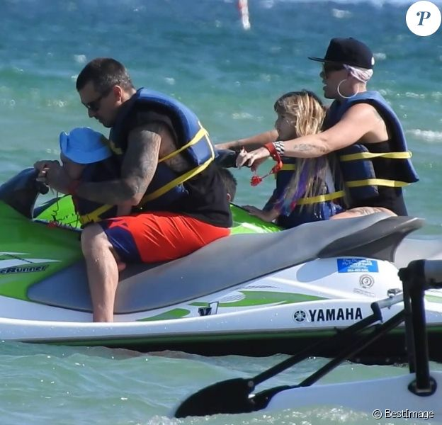 Pink profite d'une journée ensoleillée avec son mari Carey Hart et leurs enfants Willow et Jameson à Fort Lauderdale en Floride. Le 26 avril 2018