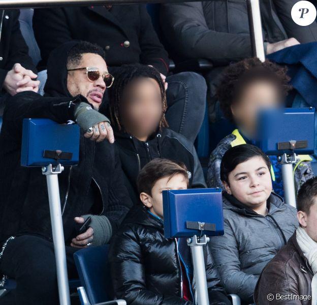 JoeyStarr et ses deux fils Mathis et Khalil dans les tribunes du match PSG - Strasbourg (5-2) au Parc des Princes à Paris le 17 février 2018.