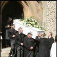 Le cercueil tout blanc de Jade Goody, qui sort de l'église avant de rejoindre le petit cimetière.