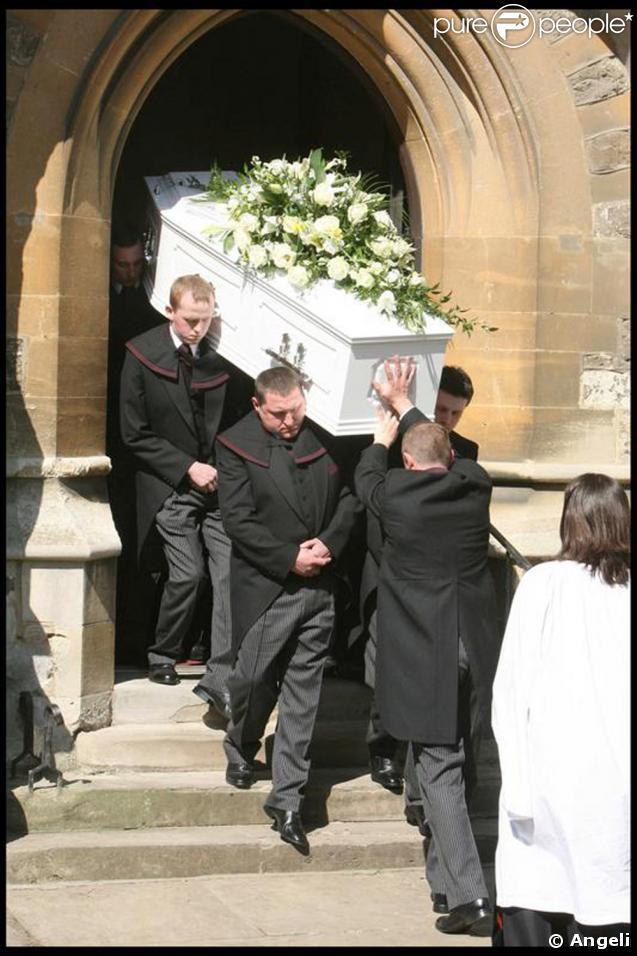 A la sortie de l'église, le cercueil de Jade Goody, suivi par sa famille avant de rejoindre le petit cimetière.