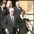 A la sortie de l'église, la maman de Jade Goody, son mari, ses amis étaient effondrés avant de rejoindre le petit cimetière.