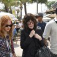 Isabelle Adjani se promène (presque) incognito près du palais des festivals à Cannes en marge du 71ème festival du film le 9 mai 2018 © Christophe Clovis / Bestimage