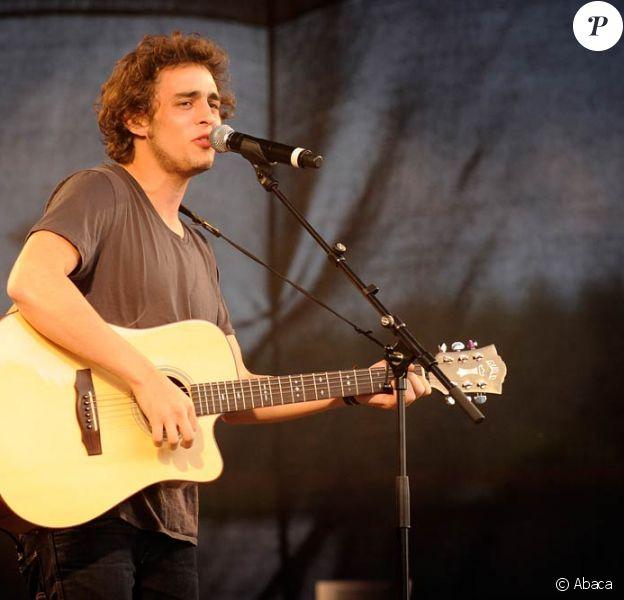 Benjamin Siksou sur scène en Belgique avec la Nouvelle Star en juillet 2008