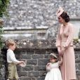 """Le prince George de Cambridge, """"pageboy"""", et la princesse Charlotte, """"flower girl"""", au mariage de Pippa Middleton et James Matthews le 20 mai 2017 à Englefield dans le Berkshire."""