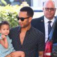 Chrissy Teigen et son mari John Legend font du shopping avec leur fille Luna à Los Angeles le 7 mai 2018.