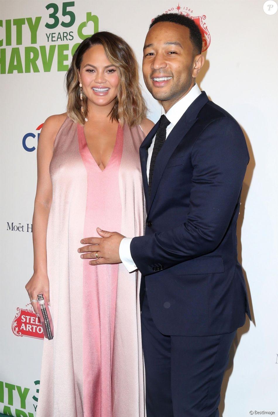 Chrissy Teigen enceinte et son mari John Legend au 35ème gala annuel City Harvest à New York, le 24 avril 2018