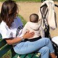 Amel Bent dans un parc parisien avec sa fille Hana. Instagram, le 18 mai 2018.