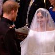 Le prince Harry sous le charme de Meghan Markle dans sa robe de mariée signée Clare Waight Keller pour Givenchy le 19 mai 2018 à Windsor lors de leur mariage.
