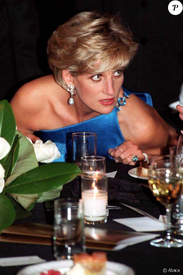 Lady Diana, en octobre 1996 à Sydney, portant la bague sertie d'une aigue-marine que le prince Harry a offerte à sa femme Meghan Markle et que celle-ci portait le jour de leur mariage, le 19 mai 2018 à Windsor.