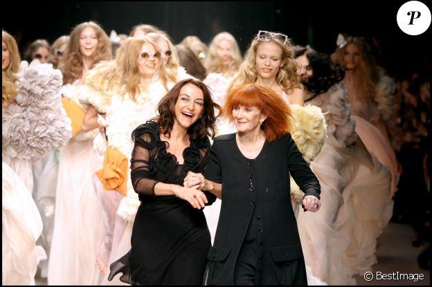 Nathalie et Sonia Rykiel saluent à la fin d'un défilé printemps-été 2008, à Paris le 5 octobre 2007.