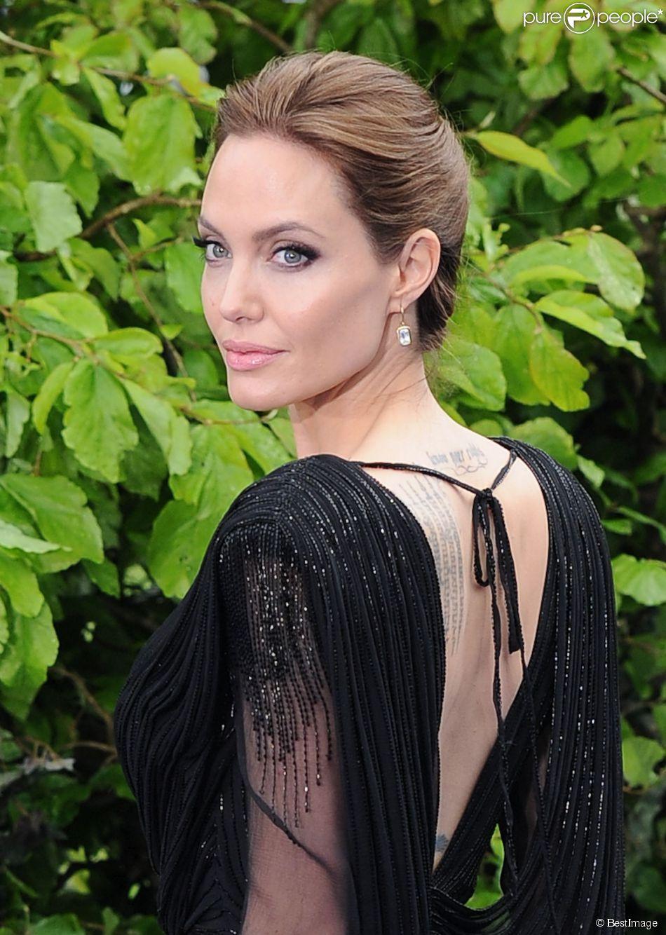 """Angelina Jolie (en Atelier Versace) - Première du film """"Maleficent"""" à Londres le 8 mai 2014."""