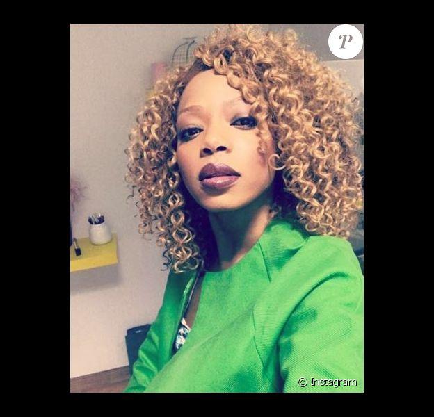 """Tania, candidate des """"Reines du shopping"""" (M6) la semaine du 28 mai 2018, se dévoile avec les cheveux blonds et bouclés sur Instagram."""