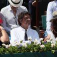 Luc Ferry et sa femme Marie-Caroline Becq Fouquières - People dans les tribunes des Internationaux de France de Tennis de Roland Garros à Paris. Le 8 juin 2018 © Cyril Moreau / Bestimage