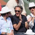 Patrick Bruel, Richard Berry et sa femme Pascale Louange - People dans les tribunes des Internationaux de France de Tennis de Roland Garros à Paris. Le 8 juin 2018 © Cyril Moreau / Bestimage