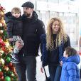 Shakira et son compagnon Gerard Piqué arrivent à l'aéroport JFK de New York avec leurs enfants Milan et Sasha pour les fêtes de Noël le 24 décembre 2017.