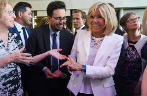Brigitte Macron bouge pour les femmes, toujours avec élégance