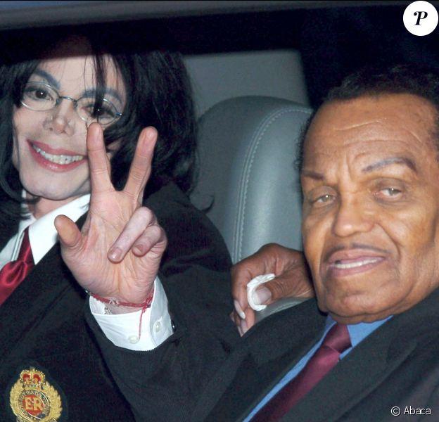 Michael Jackson et son père Joe lors de son procès au tribunal de Santa Maria le 30 avril 2004