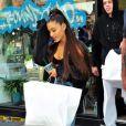Exclusif - Ariana Grande et son fiancé Pete Davidson font du shopping avec des amis à New York. Le 28 juin 2018.
