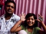 """La petite Rubina de """"Slumdog Millionaire"""", pose avec son père pour stopper la rumeur, mais regardez la bagarre dans la rue... entre sa mère et sa belle-mère !"""