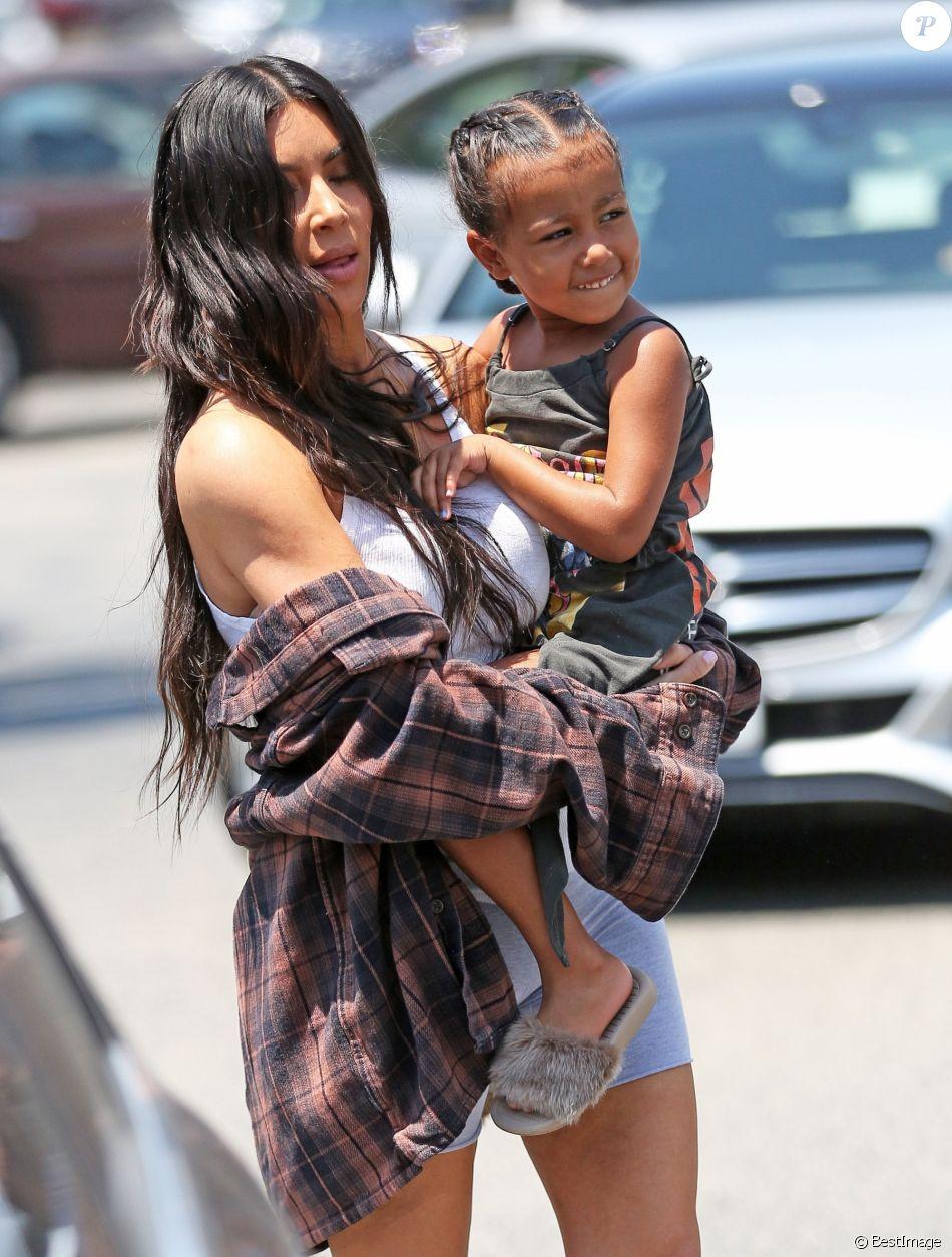 Kim Kardashian emmène sa fille North West chez Color Me Mine à Calabasas le 22 juin 2017.