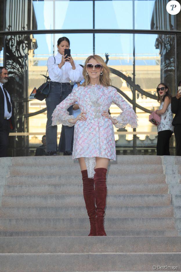 """Céline Dion à la sortie du défilé de mode Haute-Couture """"Giambattista Valli"""" collection Automne-Hiver 2017/2018 au Petit Palais à Paris, France, le 3 juillet 2017. Elle porte une paire de lunettes de soleil DSQUARED2, emportée dans ses valises en Asie pour sa tournée été 2018."""