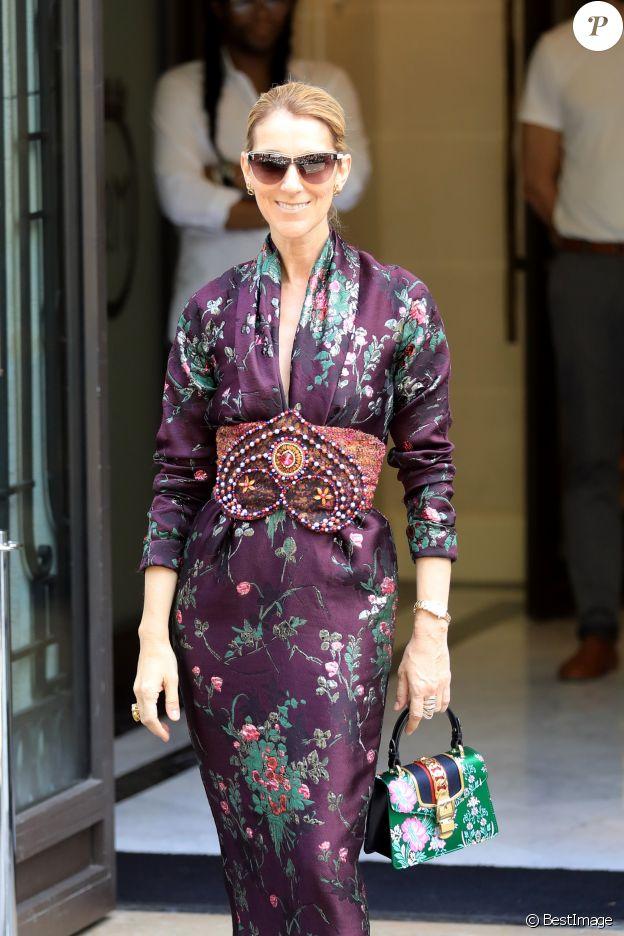 Céline Dion salue ses fans à la sortie de l'hôtel Royal Monceau à Paris le 5 juillet 2017. Elle porte un sac Gucci embarqué dans ses valises pour sa tournée été 2018.