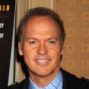 Michael Keaton : pied dans le plâtre et visage bien bronzé... rien ne l'arrête pour la promo de son film !