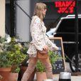 Taylor Swif est allée déjeuner avec des amies dans un restaurant à New York. La chanteuse porte des cuissardes en daim beige, le 15 juillet 2018.