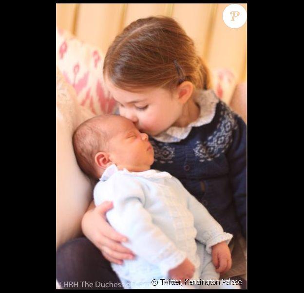 Première photo du prince Louis, ici avec sa soeur la princesse Charlotte. Mai 2018.