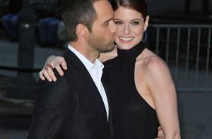 Debra Messing, irrésistible, reçoit un baiser délicat pour la soirée Vanity Fair avec toutes les stars !