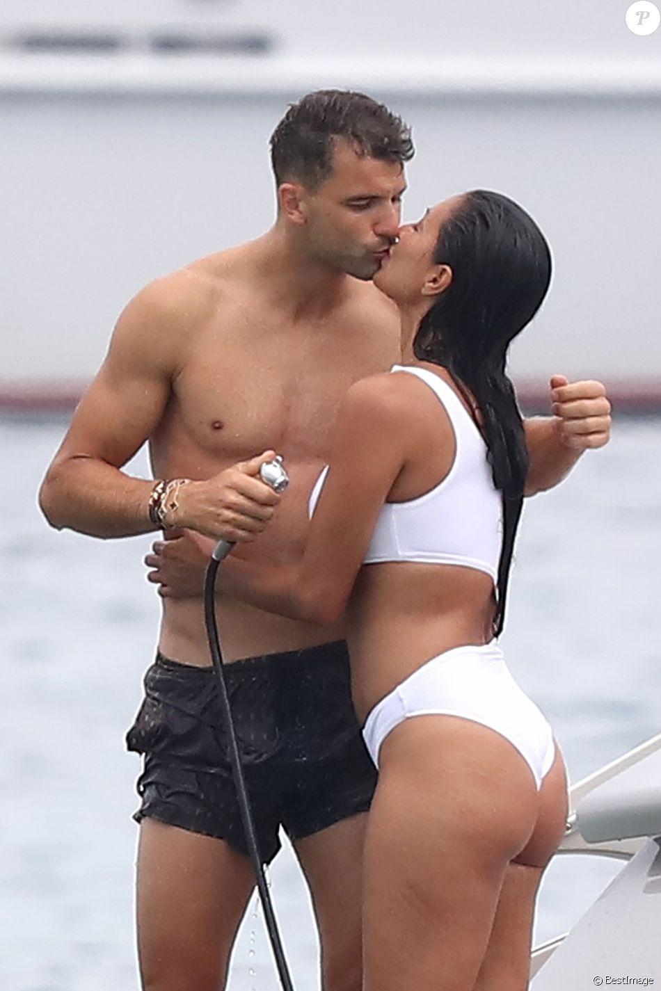 Nicole Scherzinger et son compagnon Grigor Dimitrov sont allés déjeuner au Club 55 puis ont pris une annexe pour rejoindre leur bateau. Très complices, ils s'amusent, se baignent, se prennent en photo et s'embrassent lors de leurs vacances à Saint-Tropez, le 22 juillet 2018.