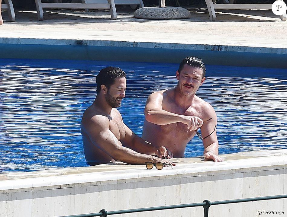 Luke Evans et Victor Turpin dans un hôtel à Portofino en Italie, le 24 juillet 2018.