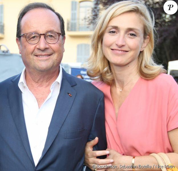 L'ancien président François Hollande avec sa compagne Julie Gayet et Téo Saavedra, directeur du festival, aux Nuits du Sud à Vence le 19 juillet 2018.