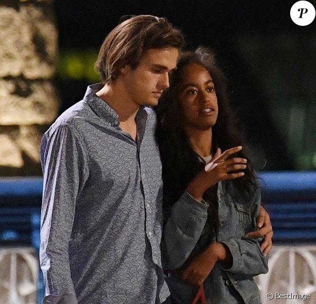 Exclusif - Malia Obama et son compagnon Rory Farqhuason sortent du Bridge Theatre puis se promènent en amoureux sur le Tower Bridge. Londres, le 3 août 2018.