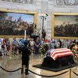 Hommage devant la dépouille du sénateur John McCain au Capitole à Washington le 31 août 2018.