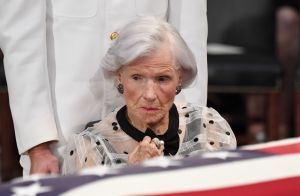 John McCain : Sa mère Roberta, 106 ans, digne et émue lors de l'hommage national