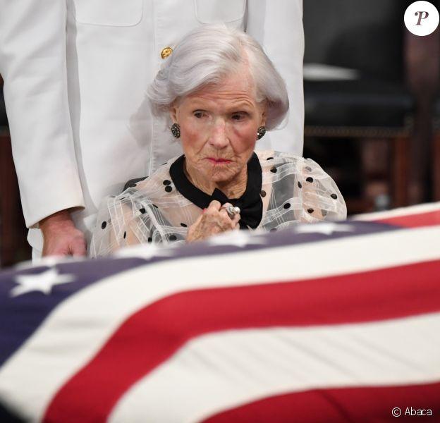 Roberta McCain devant la dépouille de son fils John McCain lors de l'hommage national organisé au Capitole à Washington le 31 août 2018