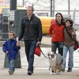 Jennifer Connelly en famille à New York. Son mari Paul Bettany donne la main à leur fils Stellan, 5 ans. Au côté de Jennifer Connelly, Kai, 12 ans, le fils qu'elle a eu avec le photographe David Dougan.