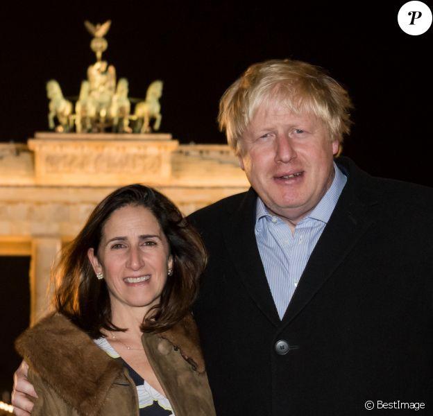 Boris Johnson et sa femme Marina Wheeler posent devant la Porte de Brandebourg à Berlin en Allemagne le 4 novembre 2016.