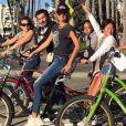 Laeticia Hallyday rayonnante pour un dimanche à Santa Monica, Los Angeles, avec ses filles Jade et Joy et ses amis Jean-Claude Sindres et Laurence Favalelli.
